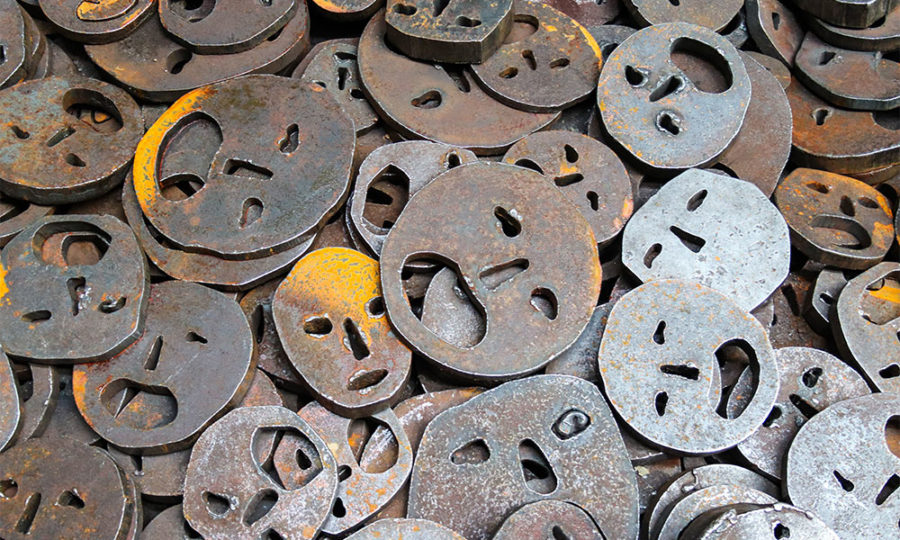 pièces métalliques en forme de visages