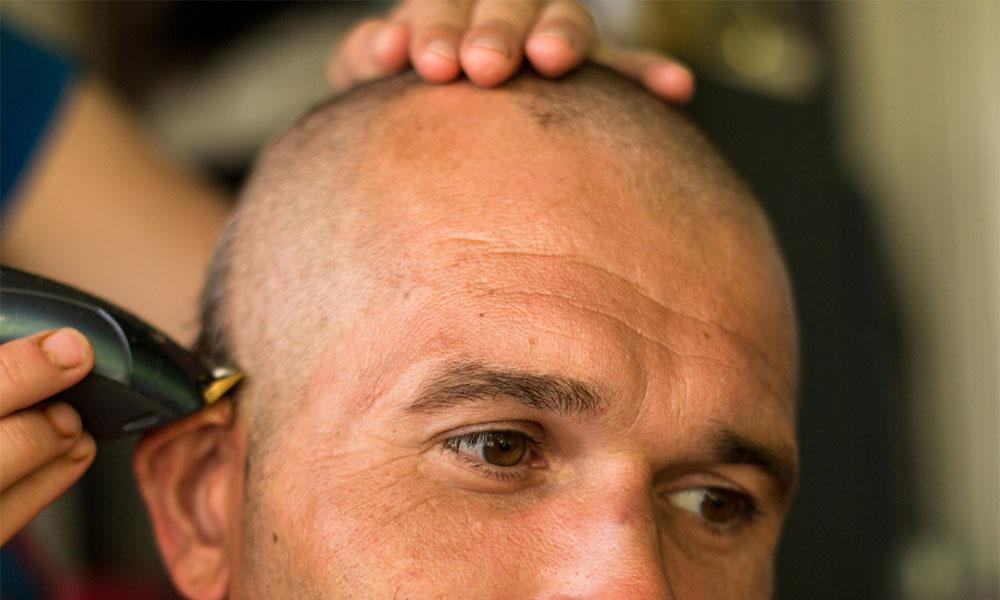 homme se fait raser la tête