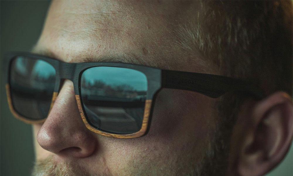 homme qui porte des lunettes