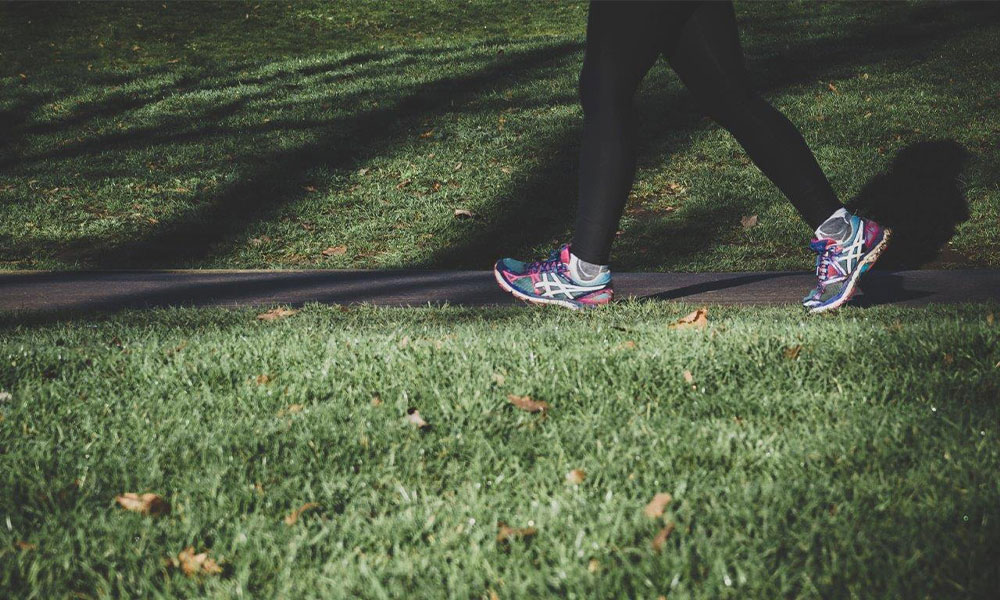 jambes sportif qui marche