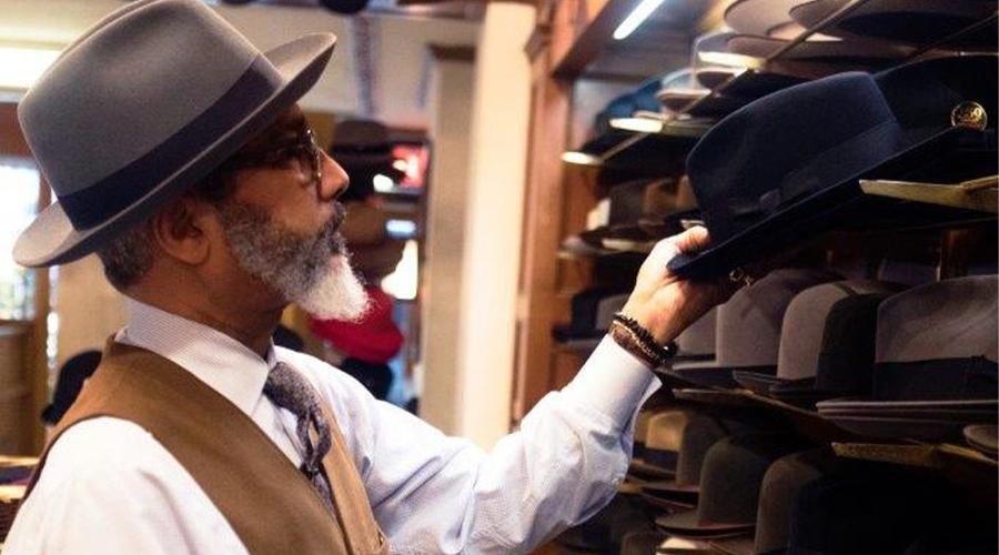 homme choisit chapeau