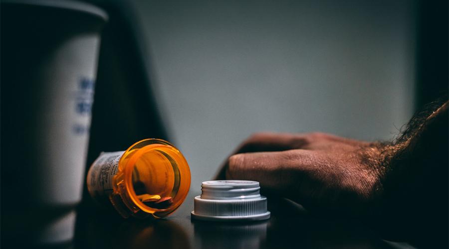 main homme et flacon médicament