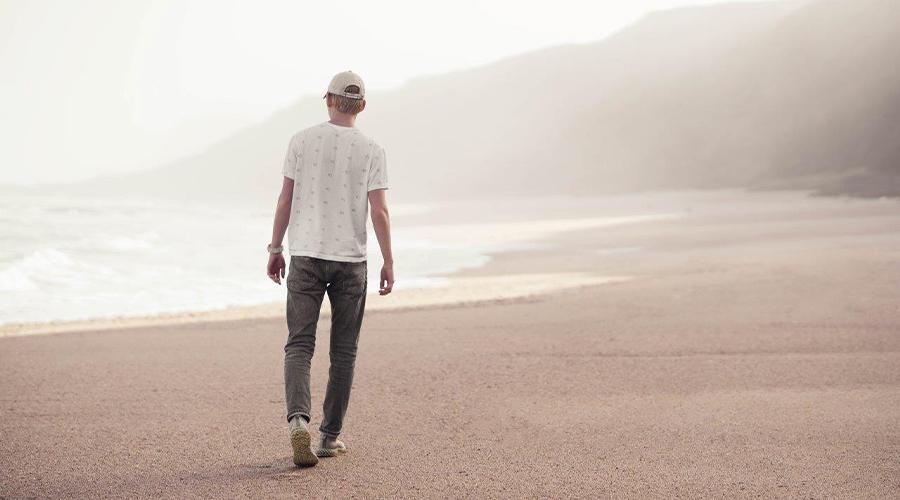 homme marche sur plage