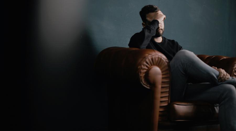 homme dans un canapé en soucis