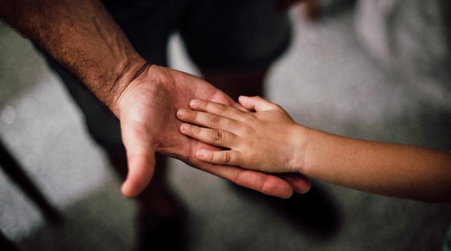 main enfant dans main homme
