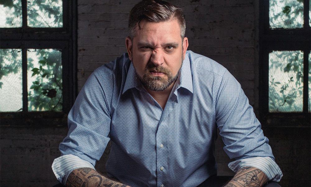 Homme tatoué grimaçant